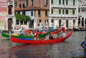 Benátky, ostrovy, slavnosti gondol a Bienále